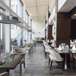 Essbereich Restaurant mit Tischen und Stühlen