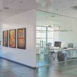 Büroräume mit Schreibtischen und Stühlen