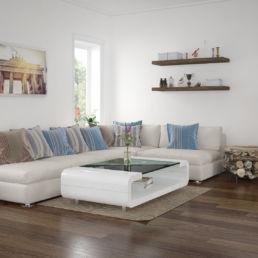 Wohnzimmer mit Kamin, Sitzmöbel und Tisch