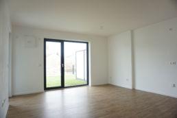 Leeres Zimmer mit weißen Wänden
