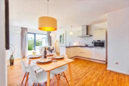 Home Staging Eingerichtetes Zimmer mit Esstisch, Küche und Wohnmöbel