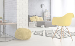Sitzbereich mit gelben Tönen