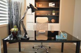 Büro mit Tisch und weißer Stuhl