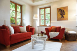 Rotes Wohnzimmer mit Home Staging VISUAL BUHO