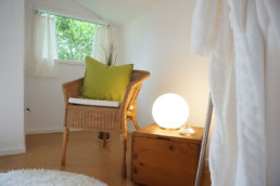 Home Staging Sauna Lampe Kissen Bademantel