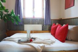 Schlafzimmer Home Staging Rote Kissen