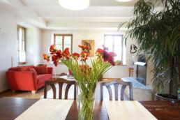 Esstisch aufbereitet Rote Blumen