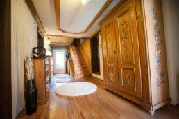Flur mit Home Staging Holz weiße Teppiche