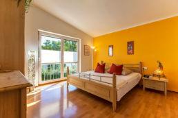 Schlafzimmer aufbereitet gelbe Wand