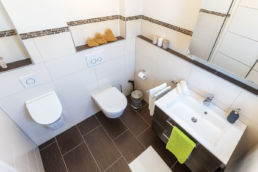 Home Staging Badezimmer aufbereitet grünes Handtuch