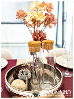 Home Staging Detailaufnahme Vase mit Blumen und Karaffe