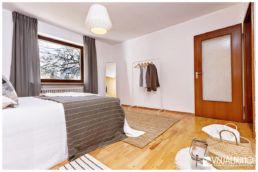 Home Staging Schlafzimmer Kleiderstange Bett Korb