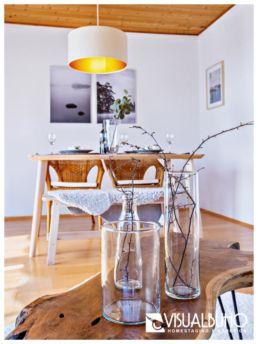 Home Staging Wohnen Vase mit Äste Holztisch
