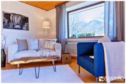 Home Staging Wohnzimmer Holztisch Blauer Sessel