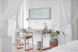 Schreibtisch mit Stuhl, Pflanze und Bild