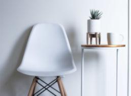 Stuhl und Beistelltisch mit Dekoration
