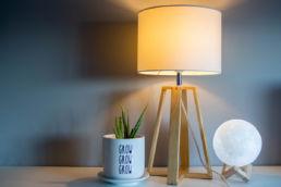 Lampe und Vase auf einem Tisch